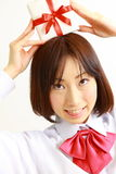 Женский студент средней школы предлагая подарок Стоковая Фотография RF