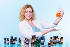 Женский студент химии с склянкой испытания стеклоизделия Стоковые Изображения RF