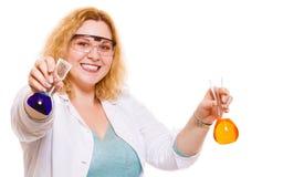 Женский студент химии с склянкой испытания стеклоизделия Стоковое Фото