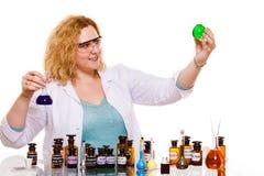 Женский студент химии с склянкой испытания стеклоизделия Стоковое Изображение