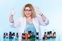 Женский студент химии с склянкой испытания стеклоизделия Стоковые Фотографии RF