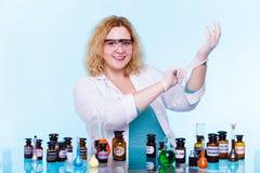 Женский студент химии с склянкой испытания стеклоизделия Стоковое Изображение RF