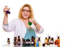 Женский студент химии с склянкой испытания стеклоизделия Стоковая Фотография RF