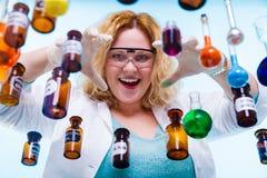 Женский студент химии с склянкой испытания стеклоизделия Стоковое фото RF