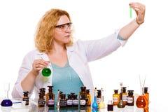 Женский студент химии с склянкой испытания стеклоизделия Стоковая Фотография