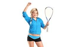 женский счастливый игрок представляя сквош Стоковая Фотография RF