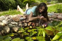 женский счастливый слушая парк нот к детенышам Стоковое Изображение