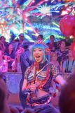 Женский танцор веселя вверх по толпе в ресторане робота стоковые изображения rf