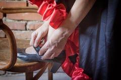 Женский танцор кладя на черный крупный план ботинка Стоковое фото RF