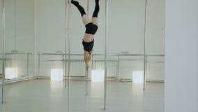 Женский танцор поляка, танцы женщины на опоре в студии видеоматериал