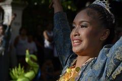 Женский танцор улицы в красочных костюмах кокоса соединяет фестиваль Стоковые Фото