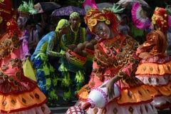 Женский танцор улицы в красочных костюмах кокоса соединяет фестиваль Стоковые Изображения