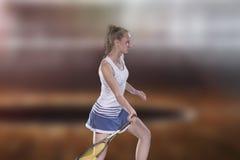 Женский теннисист достигая для того чтобы ударить теннисный мяч на суде Стоковые Изображения