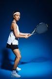 Женский теннисист с ракеткой готовой для того чтобы ударить шарик Стоковое фото RF