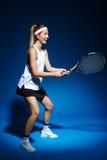 Женский теннисист с ракеткой готовой для того чтобы ударить шарик Стоковая Фотография RF