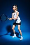 Женский теннисист с ракеткой готовой для того чтобы ударить шарик Стоковые Фотографии RF