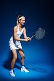 Женский теннисист с ракеткой готовой для того чтобы ударить шарик Стоковое Фото