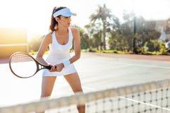 Женский теннисист с ракеткой на теннисном корте Стоковое Фото
