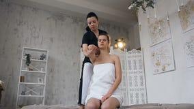 Женский терапевт протягивая молодую женщину спорта в клинике видеоматериал