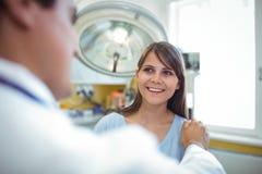Женский терпеливый взаимодействовать с доктором во время посещения стоковое изображение