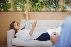 Женский терпеливый взаимодействовать с доктором стоковая фотография rf