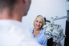 Женский терпеливый взаимодействовать с optometrist стоковые фото