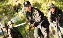Женский тренирующая воина снайпера готовый для того чтобы напасть Стоковая Фотография