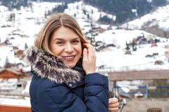 Женский турист в швейцарских горных вершинах Стоковое Фото
