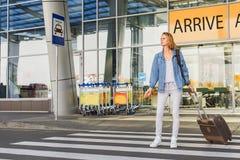 Женский турист ждет переход Стоковое Фото
