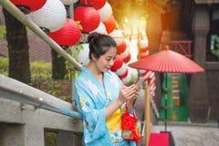 Женский турист нося традиционное кимоно Стоковые Изображения