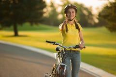 Женский турист при велосипед давая большой палец руки вверх по знаку стоковое фото rf