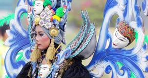 Женский участник идет с уникально костюмом