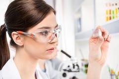 Женский ученый в лаборатории стоковое изображение rf