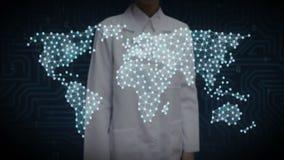 Женский ученый, инженер касаясь знаку Bitcoin, делает глобальную карту мира, интернет вещей финансовая технология иллюстрация штока