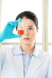 Женский ученый Braving новая медицинская бутылка границ Стоковое Изображение