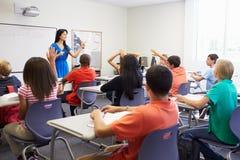 Женский учитель средней школы принимая класс