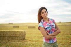 Женский фермер в поле страны Стоковые Изображения