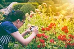 Женский фотограф с профессиональным цифровой фотокамера напольно Стоковые Фотографии RF