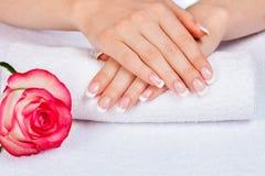 женский французский manicure рук стоковая фотография