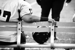 Женский футболист сидя на боковой линии Стоковые Фотографии RF