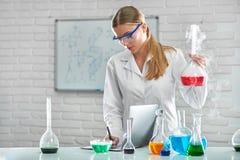 Женский химик работая на лаборатории Стоковые Фото