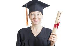 Женский холостяк в хламиде держа диплом стоковые изображения rf