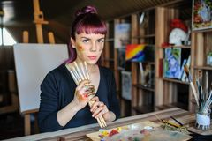 Женский художник с фиолетовыми волосами и пакостными руками стоковые изображения rf