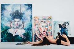 Женский художник на холсте изображения на белой предпосылке Художник девушки с щетками и палитрой Концепция творения искусства Стоковое фото RF