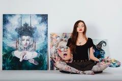 Женский художник на холсте изображения на белой предпосылке Художник девушки с щетками и палитрой Концепция творения искусства Стоковые Изображения