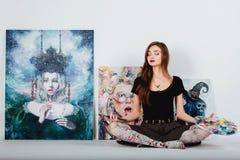 Женский художник на холсте изображения на белой предпосылке Художник девушки с щетками и палитрой Концепция творения искусства Стоковые Изображения RF