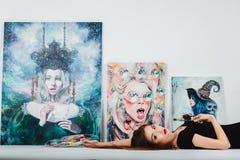 Женский художник на холсте изображения на белой предпосылке Художник девушки с щетками и палитрой Концепция творения искусства Стоковые Фото