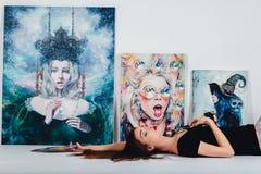 Женский художник на холсте изображения на белой предпосылке Художник девушки с щетками и палитрой Концепция творения искусства Стоковая Фотография