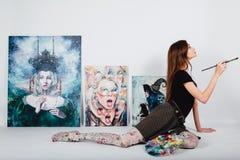 Женский художник на холсте изображения на белой предпосылке Художник девушки с щетками и палитрой Концепция творения искусства Стоковое Изображение RF