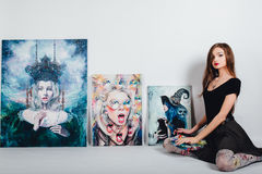 Женский художник на холсте изображения на белой предпосылке Художник девушки с щетками и палитрой Концепция творения искусства Стоковое Изображение